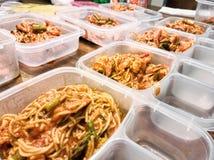 Προετοιμασίες γεύματος με τα μακαρόνια με τις γαρίδες και το σπαράγγι Στοκ Εικόνες