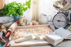 Προετοιμασίες για τα σπιτικά ζυμαρικά φιαγμένες από φρέσκα συστατικά Στοκ Φωτογραφίες