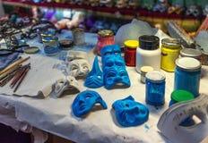Προετοιμασίες για την παραγωγή των ενετικών μασκών, και εξαρτήματα του καλλιτέχνη στο δημιουργικό εργαστήριο στη Βενετία Στοκ φωτογραφία με δικαίωμα ελεύθερης χρήσης