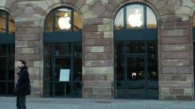 Προετοιμασίες της Apple Store για την έναρξη ρολογιών της Apple απόθεμα βίντεο