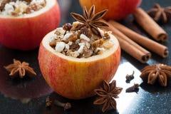 Προετοιμασμένος για γεμισμένα τα ψήσιμο μήλα στο μαύρο υπόβαθρο στοκ φωτογραφία