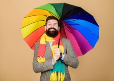 Προετοιμασμένος για τη βροχερή ημέρα Ξένοιαστος και θετικός Απολαύστε τη βροχερή ημέρα Έννοια πρόγνωσης καιρού Γενειοφόρος λαβή h στοκ φωτογραφία με δικαίωμα ελεύθερης χρήσης