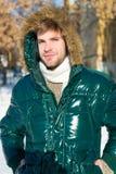 Προετοιμασμένος για τις καιρικές αλλαγές Χειμερινός μοντέρνος menswear Χειμερινή εξάρτηση Θερμό σακάκι ένδυσης ατόμων αξύριστο με στοκ φωτογραφίες