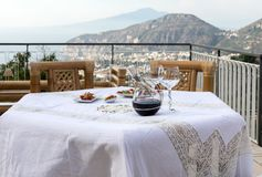 Προετοιμασμένος για τον πίνακα βραδυνού στο πεζούλι που αγνοεί τον κόλπο της Νάπολης και του Βεζούβιου Σορέντο στοκ εικόνες