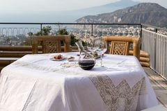 Προετοιμασμένος για τον πίνακα βραδυνού στο πεζούλι που αγνοεί τον κόλπο της Νάπολης και του Βεζούβιου στοκ εικόνες