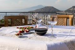 Προετοιμασμένος για τον πίνακα βραδυνού στο πεζούλι που αγνοεί τον κόλπο της Νάπολης και του Βεζούβιου στοκ φωτογραφίες