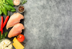 Προετοιμασμένος για το μαγείρεμα της λωρίδας κοτόπουλου στοκ εικόνες