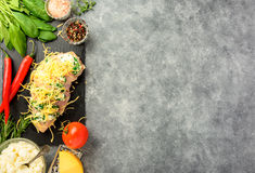 Προετοιμασμένος για το μαγείρεμα της λωρίδας κοτόπουλου στοκ φωτογραφία με δικαίωμα ελεύθερης χρήσης