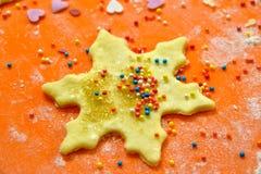 Προετοιμασμένος για το ψήσιμο, μπισκότα με μορφή snowflake στοκ εικόνες με δικαίωμα ελεύθερης χρήσης
