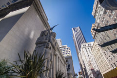 Προηγούμενο ειρηνικό κτήριο χρηματιστηρίου με τα μνημειακά γλυπτά που δημιουργούνται από τον αμερικανικό καλλιτέχνη Ralph Stackpo Στοκ Φωτογραφίες