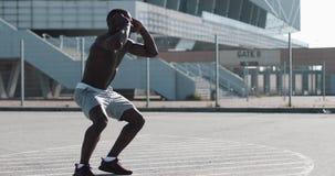 Προθέρμανση ατόμων αθλητών αφροαμερικάνων που τρέχει το επίτόπου εξωτερικό Ηλιόλουστη ημέρα τρόπου ζωής αθλητικού workout κινήτρο απόθεμα βίντεο