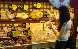 Προθήκη κρέατος και τυριών στην υπεραγορά Ιταλία Στοκ φωτογραφίες με δικαίωμα ελεύθερης χρήσης