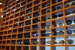 Προθήκη με τα γυαλιά στο εμπορικό κέντρο στη Σαγκάη Στοκ Φωτογραφία