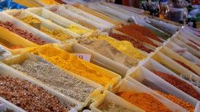 Προθήκη με τα ζωηρόχρωμα ασιατικά καρυκεύματα και τα καρυκεύματα στην αγορά οδών απόθεμα βίντεο