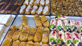 Προθήκη με τα κέικ στην επίδειξη στο κατάστημα και το αρτοποιείο ζύμης closeup 4K φιλμ μικρού μήκους