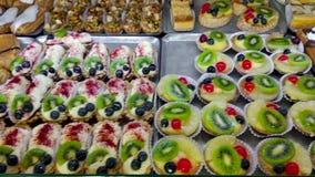 Προθήκη με τα κέικ στην επίδειξη στο κατάστημα και το αρτοποιείο ζύμης closeup 4K απόθεμα βίντεο