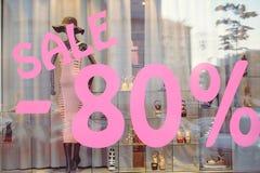 Προθήκη με την πώληση 80% ιματισμού γυναικών ` s Στοκ Εικόνες