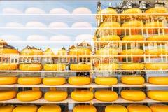 Προθήκη με το ολλανδικό τυρί Στοκ Εικόνες