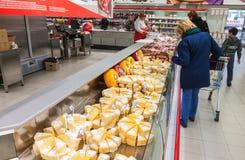 Προθήκη με το τυρί έτοιμο στην πώληση στην υπεραγορά Magnit, Ρωσία Στοκ φωτογραφία με δικαίωμα ελεύθερης χρήσης