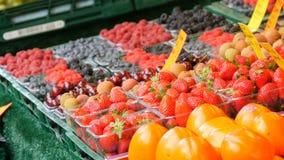 Προθήκη στην ελεύθερη αγορά με τα διάφορα μούρα του γλυκού κερασιού, φράουλα, persimmon βακκινίων Καρποί και μούρα φιλμ μικρού μήκους