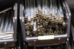 Προθήκη στο κατάστημα Άγκυρα σφηνών ψευδάργυρου χάλυβα με το μακρύ νήμα Ρηχό βάθος της περικοπής στοκ εικόνες