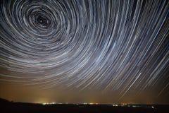 προκαλούμενη φωτογραφική μηχανή γήινη έκθεση μακριά ίχνη αστεριών ουρανού περιστροφής s νύχτας μετακίνησης Μια άποψη του έναστρου Στοκ Εικόνες