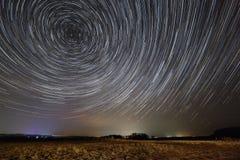 προκαλούμενη φωτογραφική μηχανή γήινη έκθεση μακριά ίχνη αστεριών ουρανού περιστροφής s νύχτας μετακίνησης Μια άποψη του έναστρου Στοκ φωτογραφία με δικαίωμα ελεύθερης χρήσης
