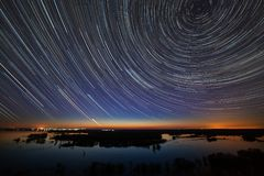 προκαλούμενη φωτογραφική μηχανή γήινη έκθεση μακριά ίχνη αστεριών ουρανού περιστροφής s νύχτας μετακίνησης Μια άποψη του έναστρου Στοκ εικόνα με δικαίωμα ελεύθερης χρήσης