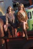 Προκλητικά θηλυκά μοντέλα στο παλαιό truck Στοκ φωτογραφία με δικαίωμα ελεύθερης χρήσης
