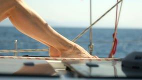 Προκλητικά θηλυκά πόδια που βρίσκονται και που κινούνται στο γιοτ φιλμ μικρού μήκους