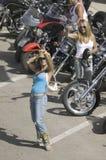 Προκλητικά κορίτσια που θέτουν με τα ποδήλατα Στοκ Φωτογραφία