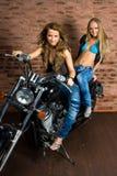 Προκλητικά κορίτσια στη μοτοσικλέτα Στοκ Εικόνες