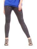 Προκλητικά μοντέρνα πόδια στα λαμπυρίζοντας μαύρα leggins Στοκ φωτογραφία με δικαίωμα ελεύθερης χρήσης