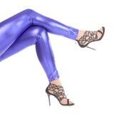 Προκλητικά μοντέρνα πόδια στα λαμπυρίζοντας μπλε leggins Στοκ Εικόνα