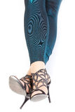Προκλητικά μοντέρνα πόδια στα λαμπυρίζοντας πράσινα leggins Στοκ Εικόνες