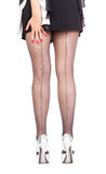 Προκλητικά μοντέρνα πόδια στις μαύρες καθαρές γυναικείες κάλτσες Στοκ εικόνες με δικαίωμα ελεύθερης χρήσης