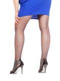 Προκλητικά μοντέρνα πόδια στις μαύρες καθαρές γυναικείες κάλτσες Στοκ φωτογραφία με δικαίωμα ελεύθερης χρήσης