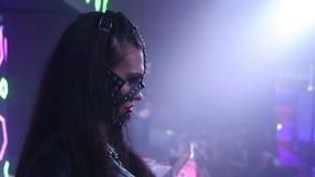 Προκλητικές γυναίκες στο κόμμα μασκών τη νύχτα απόθεμα βίντεο