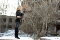 προκλητικές νεολαίες γυναικών πυροβόλων όπλων Στοκ φωτογραφία με δικαίωμα ελεύθερης χρήσης