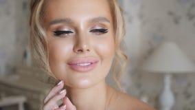 Προκλητικές ξανθές αφές το πρόσωπό της απόθεμα βίντεο