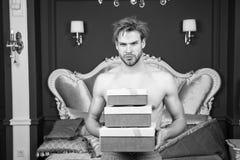Προκλητική έκπληξη για το θηλυκό Άτομο στην κρεβατοκάμαρα πολυτέλειας με το κιβώτιο δώρων Όμορφοι εραστής και δώρο ατόμων Έκπληξη στοκ εικόνες