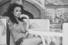 προκλητική γυναίκα Ελκυστική γυναίκα στον καφέ Στοκ Εικόνα