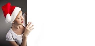 Προκλητική γυναίκα ευτυχής και κενό έμβλημα εκμετάλλευσης Στοκ φωτογραφία με δικαίωμα ελεύθερης χρήσης