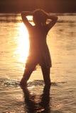 προκλητική γυναίκα ηλιοβασιλέματος ποταμών Στοκ φωτογραφίες με δικαίωμα ελεύθερης χρήσης