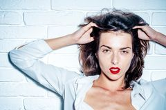 προκλητική γυναίκα Κλείστε αυξημένος της μοντέρνης νέας γυναίκας όμορφο κόκκινο χειλικού πορτρέτου κοριτσιών στοκ εικόνες με δικαίωμα ελεύθερης χρήσης