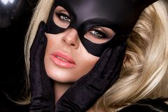 Προκλητική γυναίκα με τα μεγάλα στήθη, που φορούν ένα μαύρο λαγουδάκι Πάσχας μασκών Στοκ φωτογραφία με δικαίωμα ελεύθερης χρήσης