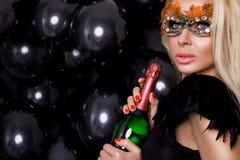 Προκλητική γυναίκα με τα μεγάλα στήθη, που φορούν ένα μαύρο λαγουδάκι Πάσχας μασκών Στοκ Εικόνες