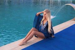 Προκλητική γυναίκα με τα ξανθά μαλλιά στην κομψή τοποθέτηση μπικινιών κοντά στο luxurio Στοκ Εικόνες