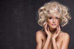 Προκλητική γυναίκα με τα ξανθά μαλλιά Στοκ Εικόνες