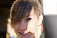 Προκλητική γυναίκα με την κοντή τρίχα χαμόγελου στοκ εικόνα με δικαίωμα ελεύθερης χρήσης